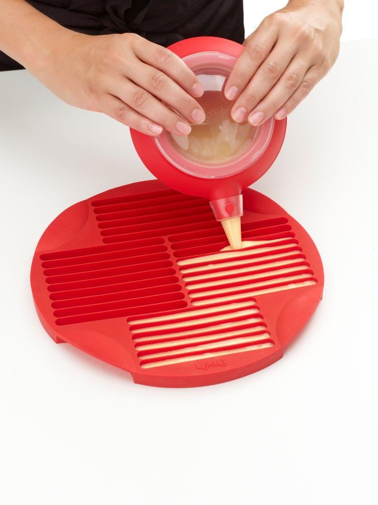 """Lékué® """"Sticks"""" szilikon pálcika-sütőforma, piros színben"""