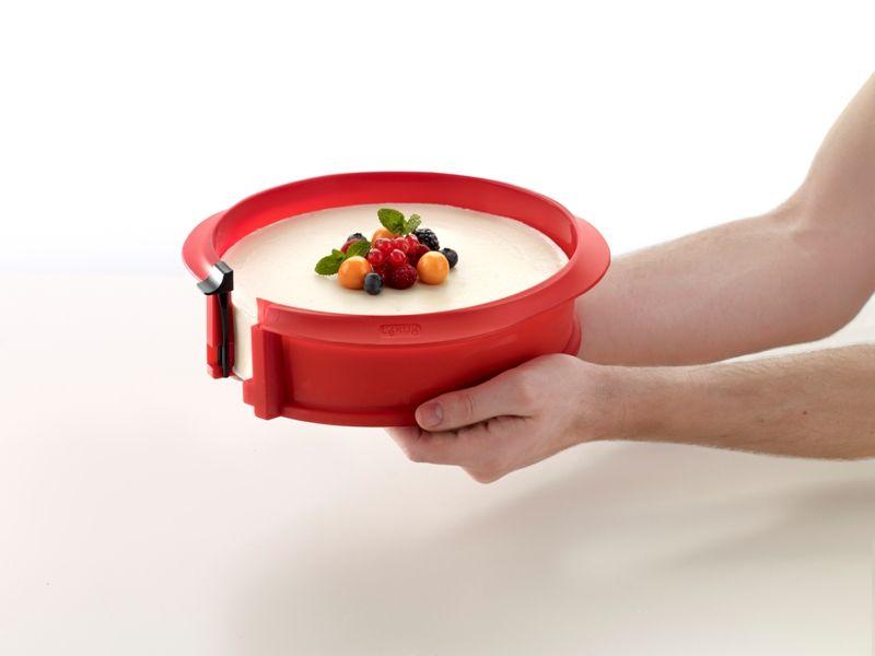 """Lékué® """"DUO"""" szilikon 23cm tortaforma, kerámia tálcával, piros színben"""